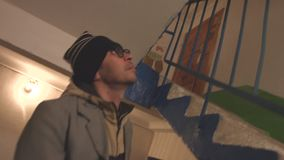 Ein Mann klettert die Treppe stock video footage
