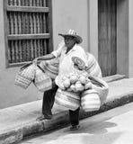 Ein Mann in Kolumbien, das seine Körbe trägt lizenzfreies stockbild
