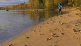 Ein Mann läuft entlang den sandigen Strand Früh morgens an der Dämmerung Er spielt Sport und führt ein gesundes Leben stock video footage