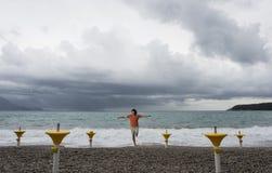 Ein Mann läuft entlang die Küste Stockfotografie