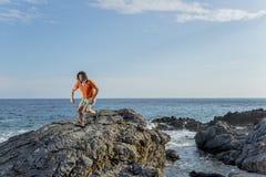 Ein Mann läuft entlang die Küste Stockfotos