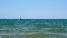Ein Mann lernt Windsurfen stock footage
