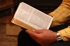 Ein Mann liest die Bibel Lizenzfreie Stockfotografie