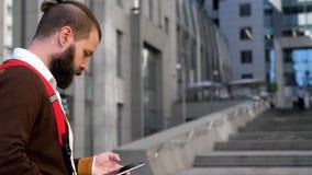Ein Mann liest Mitteilungen auf dem Telefonschirm Bewegliches Internet Soziale Netzwerke Geschäftsmann in einem Geschäftszentrum  stock footage