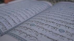 Ein Mann liest Quran Ein Moslem in Ramadan stock footage