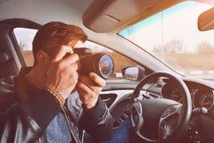 Ein Mann macht Fotos von einem Autofenster Fotografreisender Die Arbeit eines privaten Detektivs stockfotografie