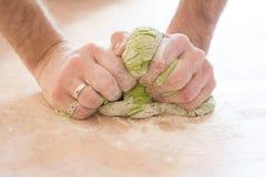 Ein Mann macht Spinatsteigwaren für Ravioli lizenzfreie stockfotos