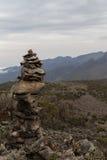 Ein Mann machte Turm von den Felsen Lizenzfreies Stockfoto