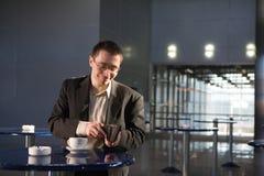 Ein Mann mit Cup am Kaffee lizenzfreie stockfotografie