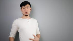 Ein Mann mit dem vollen Magen Stockfoto