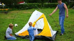 Ein Mann mit den Kindern, die Zelt erfassen stock video