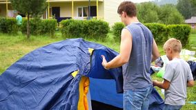 Ein Mann mit den Kindern, die Zelt erfassen stock video footage