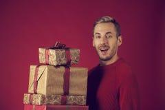 Ein Mann mit den Weihnachtsgeschenken glücklich stockbild