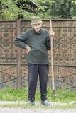 Ein Mann mit der Heugabel in Rumänien Stockfoto