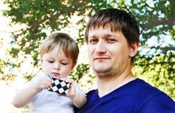 Ein Mann mit einem Baby in ihren Armen. Stockfotos