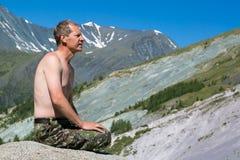 Ein Mann mit einem bloßen Torso in den Bergen Lizenzfreie Stockfotos
