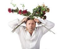Ein Mann mit einem Blumenstrauß der Rosen Lizenzfreie Stockfotos