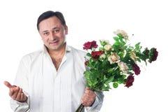 Ein Mann mit einem Blumenstrauß der Rosen Stockfotos