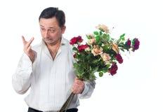 Ein Mann mit einem Blumenstrauß der Rosen Stockbilder