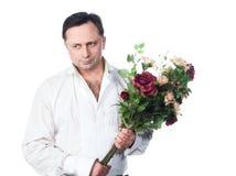 Ein Mann mit einem Blumenstrauß der Rosen Lizenzfreie Stockbilder