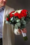 Ein Mann mit einem Blumenstrauß von Rosen Stockfotos
