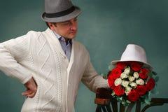 Ein Mann mit einem Blumenstrauß von Rosen Lizenzfreies Stockbild