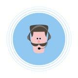 Ein Mann mit einem braunen Schnurrbart in den Kopfhörern mit einem Mikrofon Flache Ikone Stockbild