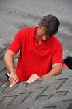 Ein Mann mit einem Buch auf einem Dach stockbild