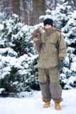Ein Mann mit einem Falken im Winter Stockfotos
