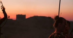 Ein Mann mit einem Flammenwerfer bei Sonnenuntergang in der Zeitlupe Kostüm für Zombie Apocalypse und Halloween stock video