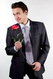 Ein Mann mit einem Geschenk lizenzfreie stockfotografie