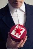 Ein Mann mit einem Geschenk Stockfotos