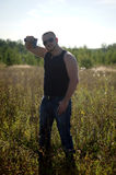 Ein Mann mit einem Gewehr in seinen Händen Stockbilder