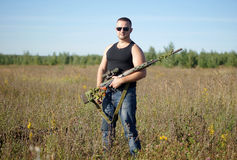 Ein Mann mit einem Gewehr in seinen Händen Lizenzfreie Stockfotografie