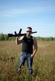 Ein Mann mit einem Gewehr in seinen Händen Stockfotos