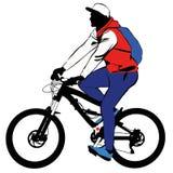 Ein Mann mit einem Rucksack macht eine Fahrradreise Lizenzfreies Stockfoto