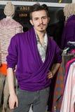 Ein Mann mit einem Schnurrbart und Bart in einer purpurroten Jacke Stockfotografie