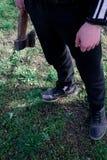 Ein Mann mit einer Axt in seinen Händen lizenzfreie stockfotografie
