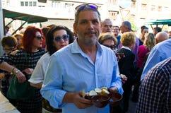 Ein Mann mit einer keramischen Schale Stockfoto