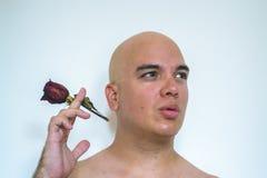 Ein Mann mit einer roten Rose Lizenzfreie Stockbilder
