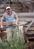 Ein Mann mit einer Schaufel stockfotografie