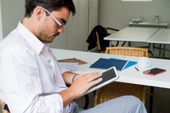 Ein Mann mit einer Tablette Stockbilder