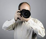 Ein Mann mit Fotokamera Lizenzfreies Stockfoto