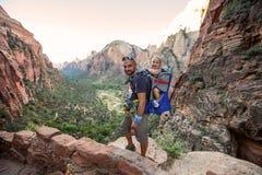 Ein Mann mit seinem Baby sind Trekking in Nationalpark Zion, Utah, USA stockbilder