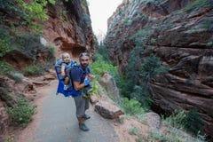Ein Mann mit seinem Baby sind Trekking in Nationalpark Zion, Utah, USA stockfotos