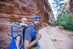 Ein Mann mit seinem Baby sind Trekking in Nationalpark Zion, Utah, USA lizenzfreie stockfotos