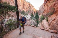 Ein Mann mit seinem Baby sind Trekking in Nationalpark Zion, Utah, USA lizenzfreies stockbild