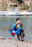 Ein Mann mit seinem Sohn geht entlang den Strand lizenzfreies stockfoto