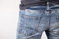 Ein Mann mit seinen Händen in den Jeans steckt ein Lizenzfreie Stockfotografie
