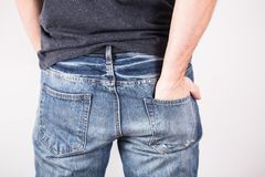 Ein Mann mit seinen Händen in den Jeans steckt ein Stockbilder
